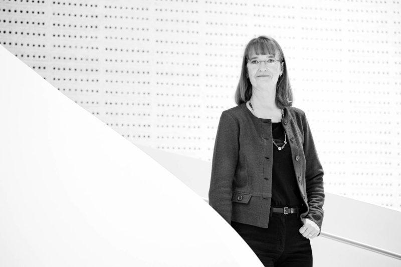 Pääkirjoituksen kirjoittaja Katri Raatikainen kuvattuna Eläketurvakeskuksen toimitalon aulassa Kalasataman Kampuksella Helsingissä.