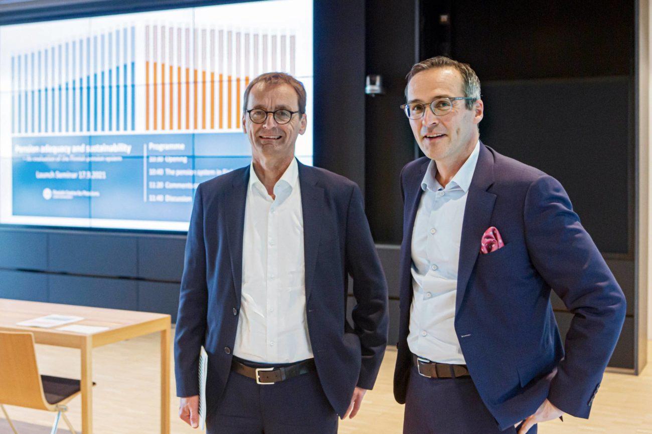 Torben M. Andersen ja Mikko Kautto kuvassa rinnatusten raportin julkistamistilanteessa.