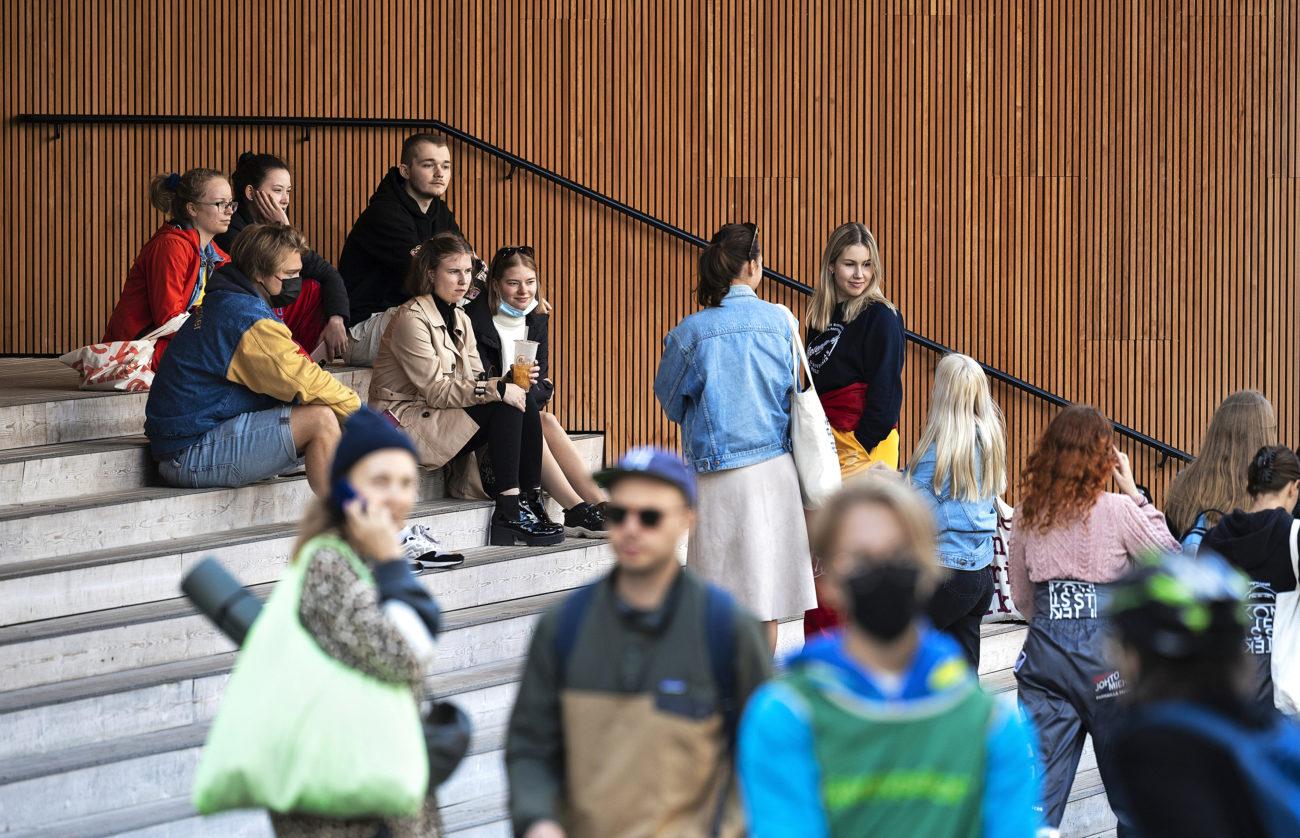 Nuoria henkilöitä, opiskelijoita Helsingin katukuvassa.