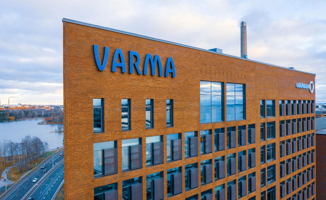 Varman toimitalo Helsingin Salmisaaressa. Punatiilinen julkisivu ja VARMAn logo.