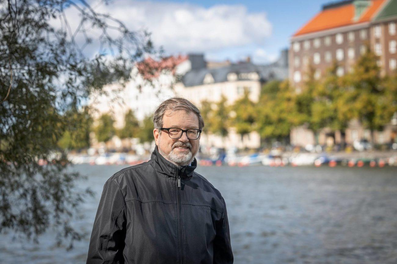 Timo Kietäväinen kuvattuna Helsingin Kaisaniemessä syysmaisemassa.